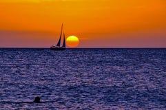 Het varen in de zonsondergang in Aruba stock afbeeldingen