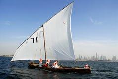 Het varen Dhow tegen Verre Cityscape van Duba Royalty-vrije Stock Foto's