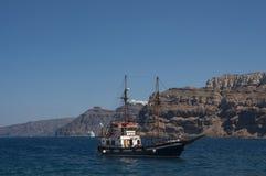 Het varen dichtbij caldera van Santorini stock afbeelding