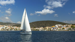 Het varen dichtbij Griekse Eilanden yachting royalty-vrije stock afbeelding