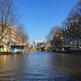Het varen door Amsterdam stock afbeeldingen