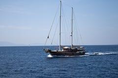 Het varen Gulet Yatch voor de kust aan Kos-eiland Griekenland Royalty-vrije Stock Afbeeldingen
