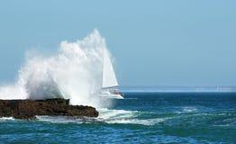 Het varen in het onweer door de grote golf Stock Afbeelding