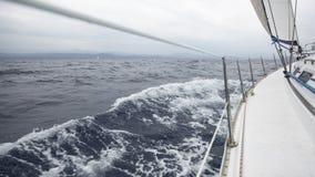 Het varen in het overzees tijdens verslechterend weer (bewolkt weer) Het jacht van de cruiseluxe royalty-vrije stock afbeelding