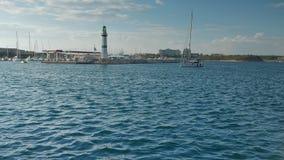 Het varen jachtautorijden in de jachthaven stock videobeelden