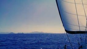 Het varen in Mediterranea-overzees Stock Foto