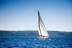 Het varen met zeilboot Stock Foto