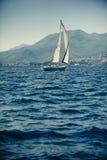 Het varen met zeilboot Stock Afbeelding