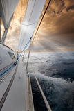 Het varen naar de zonsondergang royalty-vrije stock foto