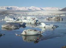 Het varen onder Hugh Icebergs op Jokulsarlon-Gletsjerlagune van Zuid-IJsland Royalty-vrije Stock Afbeeldingen
