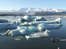 Het varen onder Hugh Icebergs op Jokulsarlon-Gletsjerlagune van Zuid-IJsland Stock Afbeeldingen