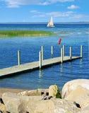 Het varen op blauw water Stock Fotografie