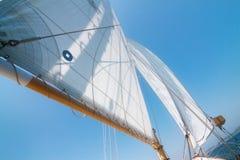 Het varen op een Zeilboot Stock Afbeeldingen