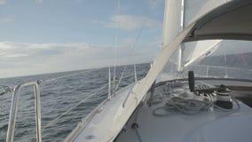 Het varen op golven stock footage