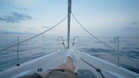 Het varen op jachtboot stock video