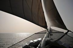 Het varen op kalme wateren Stock Fotografie