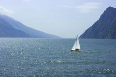 Het varen op Meer Garda stock foto's