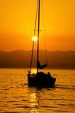 Het varen op zonsondergang Stock Afbeeldingen