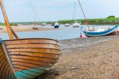 Het varen schept beached in Brancaster Staithe op stock foto's