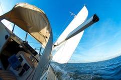 Het varen snel onder blauwe hemel Stock Fotografie