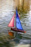 het varen stuk speelgoed boot houten zeevaartverovering stock foto's