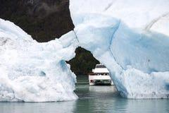 Het varen tussen ijsbergen die in het water drijven royalty-vrije stock afbeeldingen