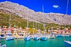 Het varen van de waterkant van Baskavoda bestemming in Makarska-riviera stock foto