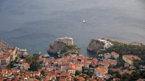 Het varen voorbij Dubrovnik in Kroatië Royalty-vrije Stock Fotografie