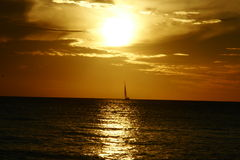Het varen zonsondergang stock afbeeldingen