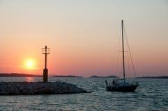 Het varen in zonsondergang Stock Foto