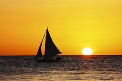 Het varen in zonsondergang Stock Fotografie