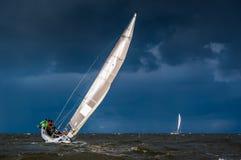 Het varen in zwaar weer stock foto's