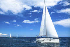 Het varende bootjacht of ras van de zeilregatta op blauwe wateroverzees Sport royalty-vrije stock afbeeldingen