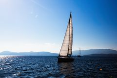Het varende jacht van de schipluxe met witte zeilen in het Overzees Sport royalty-vrije stock afbeeldingen