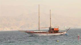 Het varende schip drijft in het overzees, varend jacht, overzeese gang op een varend jacht, Silhouet van solitair jacht zonder ze stock footage