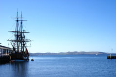 Het Varende Schip van Masted tegen Blauwe hemel Royalty-vrije Stock Foto's