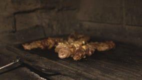 Het varkensvlees of de filet van de van het rundvleesvlees en kip zijn gekookt op de barbecuegrill in oven over steenkolen in res stock footage