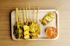 Het varkensvlees Satay roosterde Thais lokaal voedsel met Pindasaus op houten pla Stock Foto's