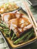 Het Varkensvlees van de Buik van het braadstuk met Appelen Fuji en de Bonen van de Pinda Stock Foto