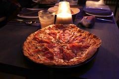Het varkensvlees van de pizzaham op de lijst royalty-vrije stock afbeelding
