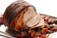 Het Varkensvlees van het braadstuk met appelen en ui Stock Afbeeldingen