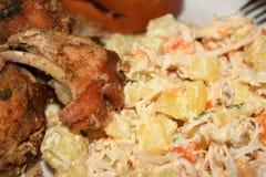 Het varkensvlees van het Kerstmisbraadstuk en de salade van de kippenaardappel in Venezuela Stock Fotografie