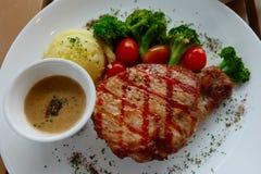 Het varkensvleeslapje vlees diende met broccoli en stampte aardappels fijn Stock Foto