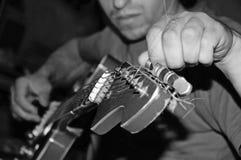 Het vastbinden van een gitaar Stock Foto's