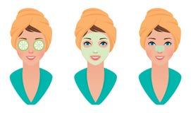 Het vastgestelde meisje met kleimasker op haar gezicht met een masker van komkommer en maakt poriënstrook schoon Stock Afbeelding