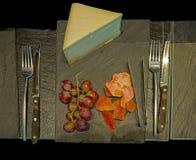 Het vastgestelde ontbijt heeft geglaceerde Gruyère, druif en kantaloep stock foto's