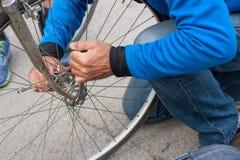 Het vastklemmen van het voorwiel van een fiets royalty-vrije stock afbeeldingen
