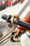 Het vastmaken van de kar aan de kraag van het paard, close-up stock afbeeldingen