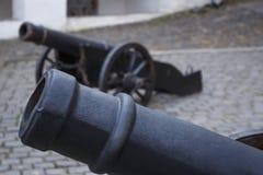 Het vat van oud kanon op wielen sluit omhoog en kanonachtergrond Royalty-vrije Stock Foto's