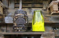 Het vat wijn kurkt op een houten plank dichtbij de houten muur en stock afbeeldingen